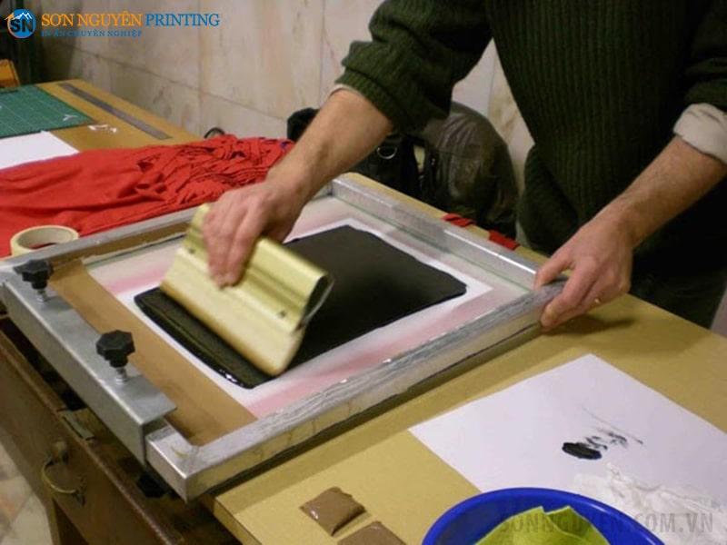 In lụa là kỹ thuật in ấn truyền thống có cách in dễ dàng, đơn giản, màu sắc in hài hòa tạo ra những sản phẩm in có tính thẩm mỹ cao